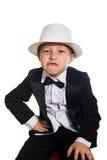Muchacho alegre en un smoking, sombrero foto de archivo