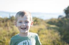 Muchacho alegre feliz que camina al aire libre Foto de archivo libre de regalías