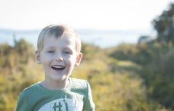 Muchacho alegre feliz que camina al aire libre Fotos de archivo