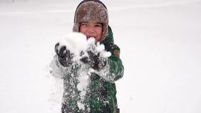 Muchacho alegre hermoso del preescolar que se divierte con nieve País de las maravillas del invierno almacen de metraje de vídeo