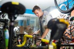 Muchacho alegre que busca la nueva bici del deporte Foto de archivo