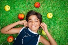 Muchacho alegre que escucha la música Imagen de archivo