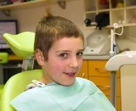 Muchacho antes de la examinación dental Imagenes de archivo