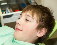 Muchacho antes del examen dental Imágenes de archivo libres de regalías