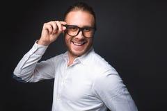 Muchacho apuesto sonriente en gafas Fotos de archivo libres de regalías