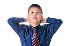Muchacho asiático con la corbata, aislada en el fondo blanco Foto de archivo libre de regalías