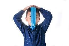 Muchacho asiático con la corbata en la cara, aislada en el fondo blanco Fotografía de archivo libre de regalías