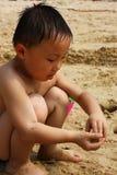 Muchacho asiático en la playa fotos de archivo