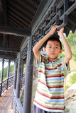 Muchacho asiático en pasillo tradicional chino Imagenes de archivo