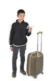 Muchacho asiático feliz que lleva la chaqueta negra con una maleta Fotos de archivo libres de regalías