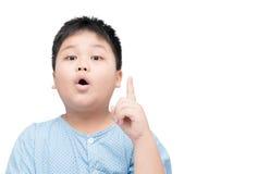 Muchacho asiático gordo obeso que piensa en el fondo blanco Fotografía de archivo libre de regalías