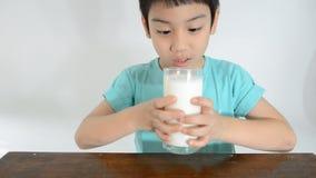 Muchacho asiático joven que bebe un vidrio de leche metrajes