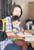 Muchacho asiático lindo y su tía foto de archivo