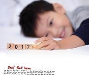 Muchacho asiático que juega el texto de madera 2017 del bloque El pequeño jugar lindo del muchacho Imágenes de archivo libres de regalías