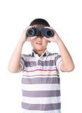 Muchacho asiático que sostiene los prismáticos, aislados en un fondo blanco Fotografía de archivo libre de regalías