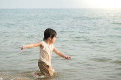 Muchacho asiático lindo que juega en la playa Fotos de archivo libres de regalías