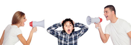 Muchacho asustado con sus padres que gritan a través de los megáfonos Imagen de archivo