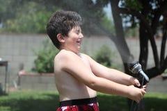 Muchacho bajo ducha Foto de archivo
