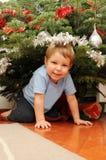 Muchacho bajo el árbol de navidad Foto de archivo libre de regalías