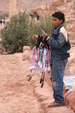 Muchacho beduino que vende pañuelos tradicionales Fotografía de archivo libre de regalías