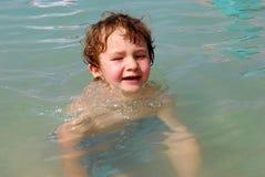 Muchacho blanco del niño que juega en el océano Fotos de archivo libres de regalías
