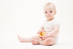 Muchacho bonito con la manzana amarilla Fotos de archivo