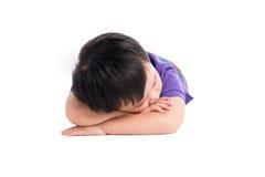 Muchacho cansado del niño que miente en la tierra con su cara abajo Fotos de archivo libres de regalías