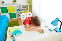 Muchacho cansado o triste del estudiante con smartphone en casa Fotografía de archivo