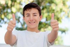 Muchacho casual del adolescente que dice muy bien Imágenes de archivo libres de regalías