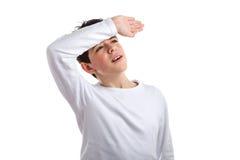 Muchacho caucásico con la piel acné-propensa que se sostiene el brazo en el frente Foto de archivo