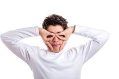 Muchacho caucásico feliz con la piel del acné usando las manos como máscara Foto de archivo libre de regalías