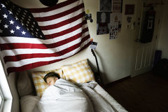 Muchacho caucásico joven que duerme en cama Fotos de archivo libres de regalías