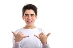 muchacho caucásico Liso-pelado que hace gesto del shaka Imagenes de archivo