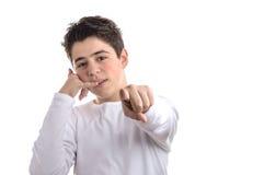 muchacho caucásico Liso-pelado que hace un gesto de la llamada de teléfono y un poi Imágenes de archivo libres de regalías