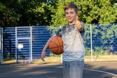 muchacho caucásico Pre-adolescente que juega afuera Foto de archivo