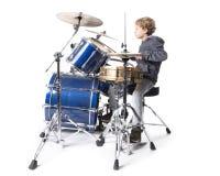 Muchacho caucásico rubio joven en el drumset en estudio Fotos de archivo libres de regalías