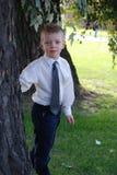 Muchacho cerca de un árbol Fotografía de archivo