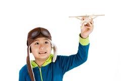 Muchacho chino asiático que juega con el aeroplano de madera foto de archivo libre de regalías