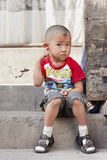 Muchacho chino delante de su hogar Foto de archivo