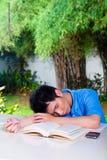 Muchacho chino joven con la preparación para la escuela Imagenes de archivo