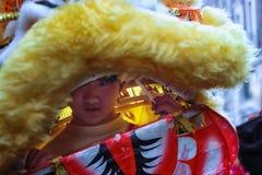 Muchacho chino joven en el jefe del dragón Imagen de archivo