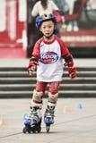 Muchacho chino joven en pcteres de ruedas, Guangzhou, China Fotos de archivo libres de regalías