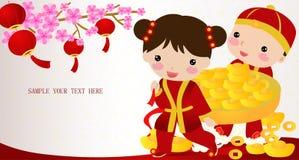 Muchacho chino y muchacha del Año Nuevo con el lingote del oro