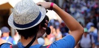 Muchacho con caminar de los turistas de las fotografías del sombrero fotografía de archivo libre de regalías