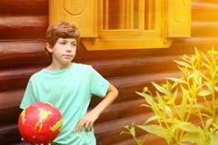 Muchacho con cierre del balón de fútbol encima de la foto Imagenes de archivo