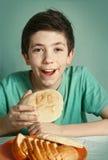 Muchacho con cierre del pan encima del retrato feliz Fotografía de archivo libre de regalías