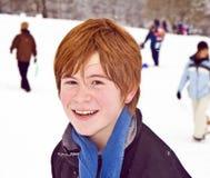 Muchacho con con el pelo rojo en paisaje nevado Fotos de archivo