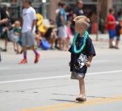 Muchacho con corte de pelo del mohawk en desfile en la pequeña ciudad América Fotos de archivo libres de regalías