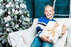 Muchacho con el árbol de navidad Fotos de archivo libres de regalías