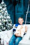 Muchacho con el árbol de navidad Imagenes de archivo